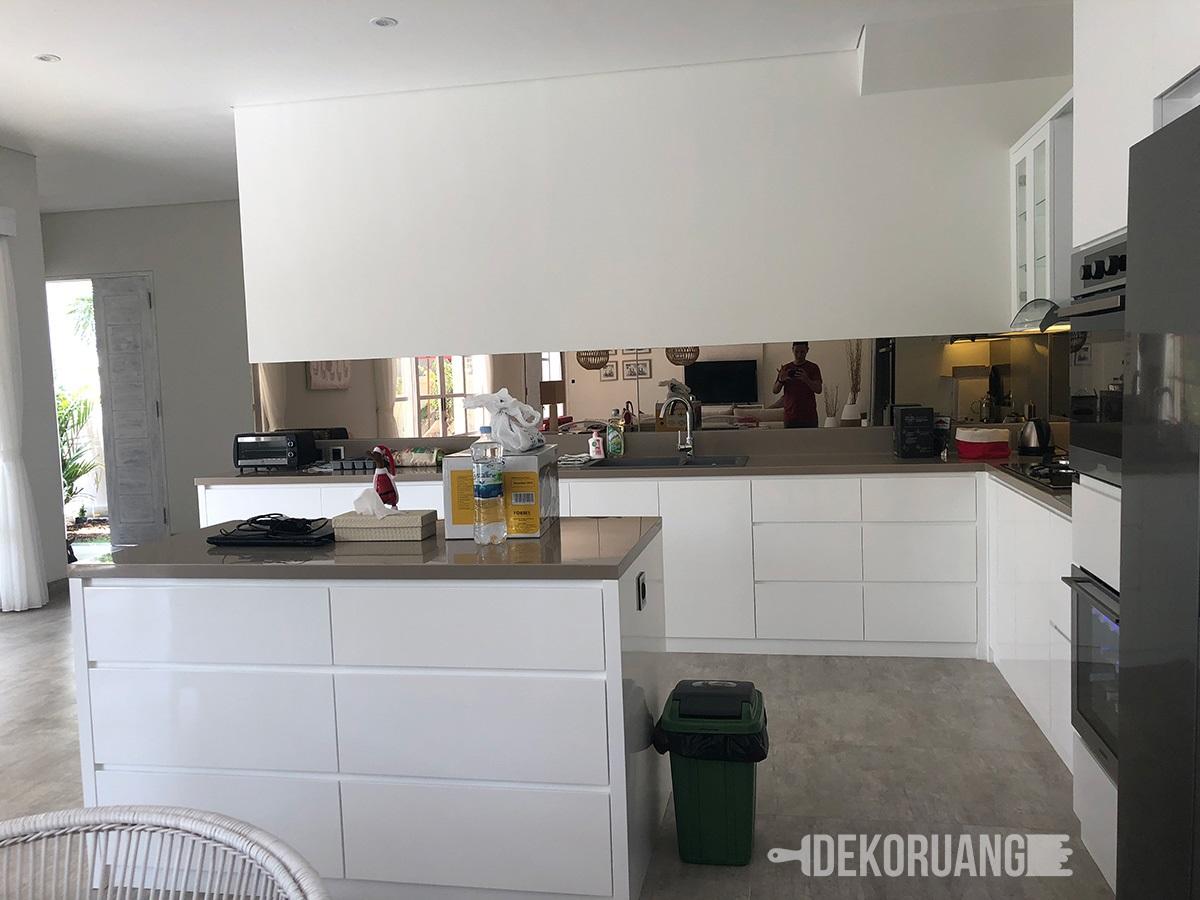 Nah berkat celah celah untuk membuka pintu dan laci ini kita bisa melihat jalur garis sepanjang kitchen yang memberi kesan minimalis dan menyatu